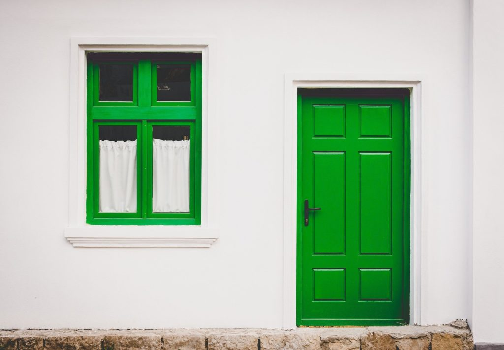 grünes Fenster und grüne Tür