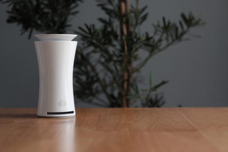 uHoo Sensor auf Tisch